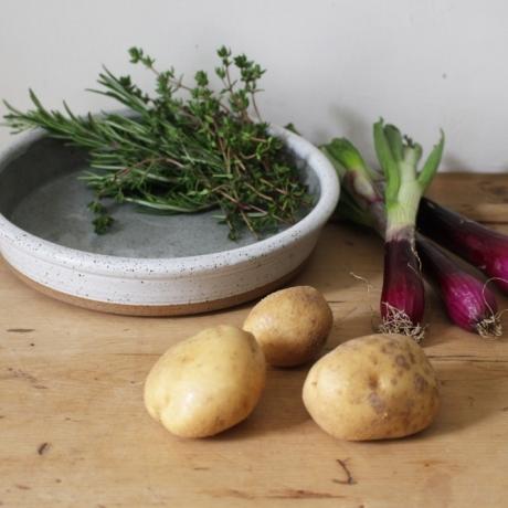 Throw an oven proof dish with Mill Rundle Pottery / Lluniwch ddysgl sy'n gallu gwrthsefyll gwres y ffwrn gyda Mill Rundle Pottery